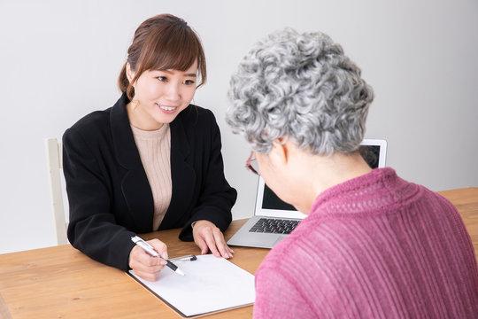 高齢者の女性とカウンセリング
