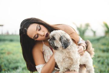 Mulher e seu cachorrinho no parque