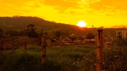 Photo sur Plexiglas Jaune atardecer paisaje eje cafetero colombia quindio salento tropical hora dorada hora azul
