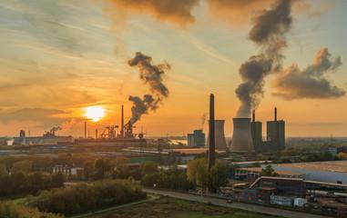 Sonneuntergang über dem Stahlwerk