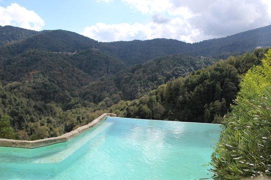 Une piscine à débordement dans la Castagniccia