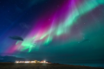 Tuinposter Noorderlicht colorful northern lights on a iceland beach with cottages