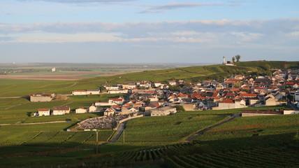 Panorama sur le village de Verzenay entouré de vigne, en Champagne Ardenne (France)