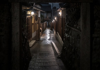 Foto op Plexiglas Smal steegje Empty alley through traditional Kyoto neighborhood on rainy night