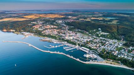 Sassnitz - miasto, kurort i port nad morzem bałtyckim na wyspie rugia widok na port o wschodzie...