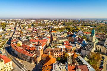 Brama Krakowska i stare miasto w Lublinie widziane z lotu ptaka.  Krajobraz turystycznej części miasta Lublin z powietrza.