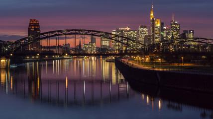 Frankfurt-Skyline bei Nacht mit Abendrot