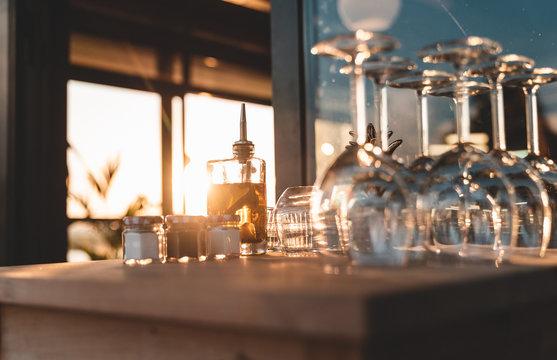 Ustensiles de service en restaurants (verres, huiles, couverts)