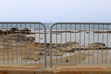 Photo sur Aluminium Pont high fence in a city park on the shores of the Mediterranean Sea in northern Israel