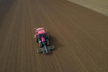Un tracteur dans une parcelle de terre
