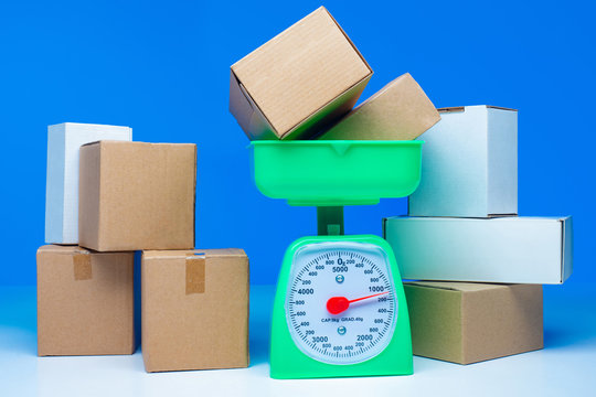 Overload. Weighting of goods. The box is on the scales. Oversized cargo. Too much weight. In excess of the permissible weight. Baggage weight is more than permissible. Luggage too heavy.