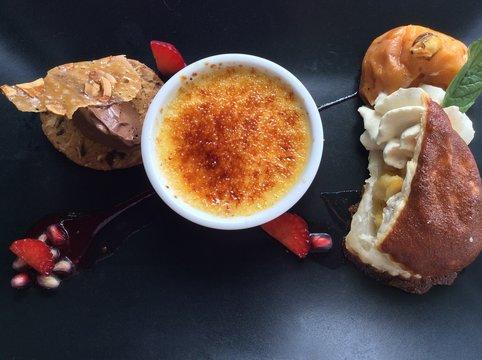 Trilogie de desserts , cookies, blanc manger et crème brûlée