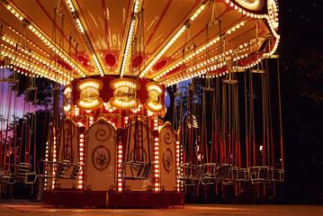 Foto auf AluDibond Vergnugungspark Carousel Merry-go-round in amusement park at a night city