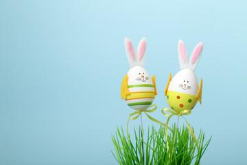 Due uova di pasqua vestite da coniglietto