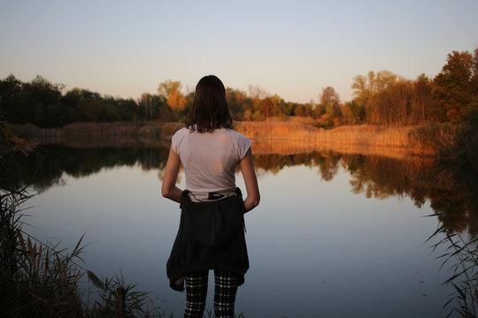 junge Frau am See