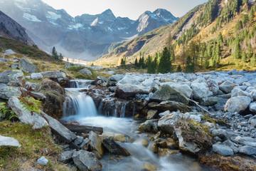 Fototapete - kleiner Gebirgsbach in den Alpen des Zillertals in Tirol