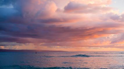 Foto op Aluminium Zee zonsondergang Surreal sky during golden hour sunset at Maui, Hawaii