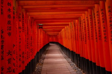 Zelfklevend Fotobehang Kyoto Footpath of Red Torii in Fushimi Inari Shrine, Landmark of Kyoto, Japan