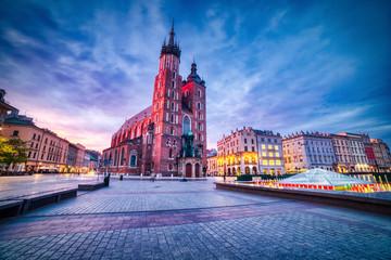Obraz Bazylika Mariacka na Rynku Głównym w Krakowie o zmierzchu - fototapety do salonu