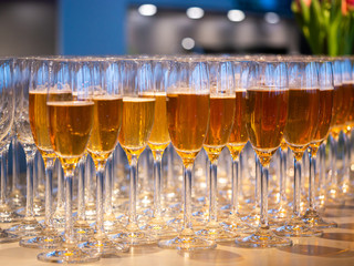 Papiers peints Vin a row of glasses filled with champagne are lined up ready to be served