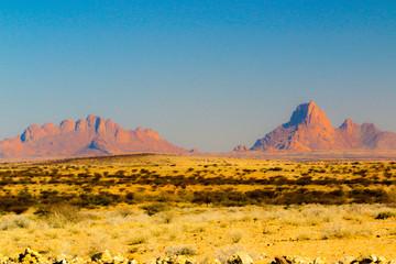 Papiers peints Orange Vue de Spitzkoppe en Namibie, Afrique