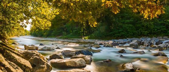 Fototapeta Herbstpanorama am Fluss mit goldenen Sonnenstrahlen obraz