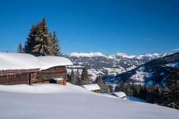 Fototapete - Winterurlaub in den Bergen