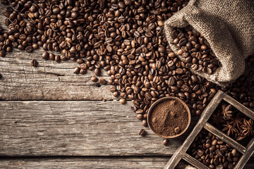 Fototapete - Coffee beans fall out of the pouch.