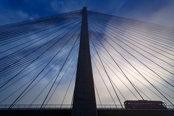 Puente atirantado y autobús en la autopista, sobre el Embalse de Barrios de Luna, León, España.