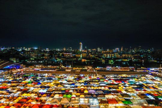 タラート・ロットファイ・ラチャダー(タイ王国・バンコクの夜市)