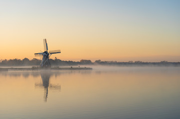 Nature awakens at a traditional Dutch windmill during a foggy dawn. De Helper, Groningen. Fototapete