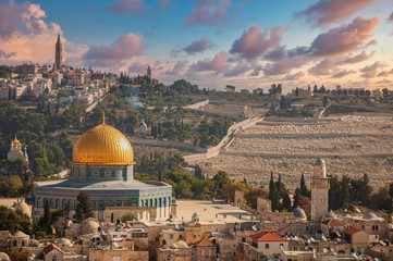 Foto op Plexiglas Bedehuis Jerusalem old town skyline with the dome of the rock in the center before sunset