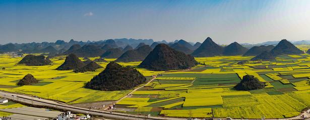 Luoping, Yunnan, China, Rapsblüte in den Karstbergen Fotoväggar