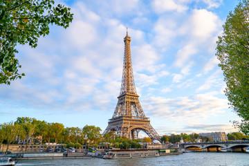 Papiers peints Tour Eiffel Eiffel Tower in summer morning