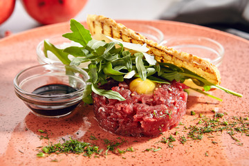 La pose en embrasure Fleur Steak Tartare Made from Raw Ground Beef with Greens Close Up