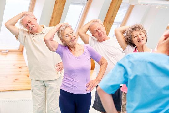 Gruppe Senioren beim gesunden Dehnen