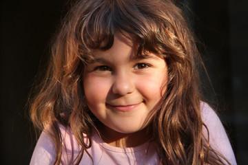 Portrait kleines lächelndes türkisches Mädchen