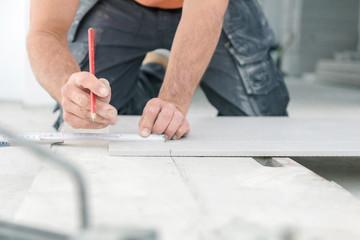 Fliesenleger bei der Arbeit , handwerker schneidet fliesen mit schneidetisch werkzeug