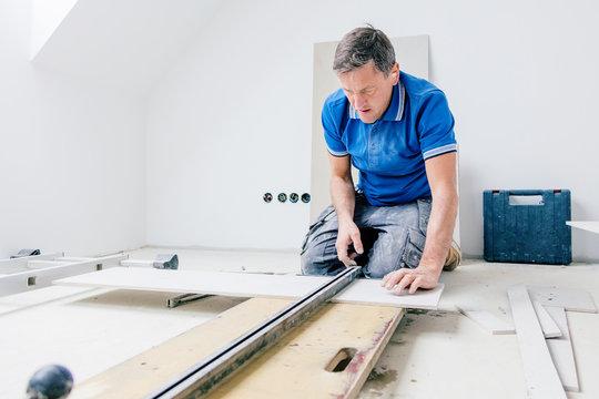 Fliesenleger bei der Arbeit, Haus umbau oder renovierung