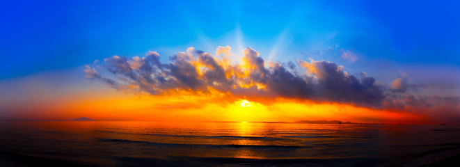 Poster de jardin Mer coucher du soleil panorama of sunset with lighted clouds on the sea