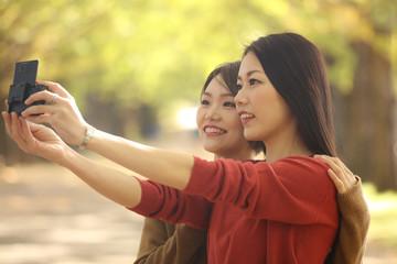 自撮りする女性たち