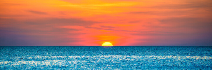 Poster Mer coucher du soleil Panorama of nature landscape with beautiful dramatic orange sunset over blue wave sea