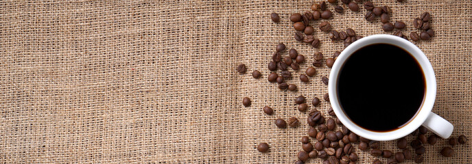 Foto auf Acrylglas Kaffee cup of coffee and coffee beans on jute