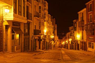Gasse in Carcassonne bei Nacht, Frankreich