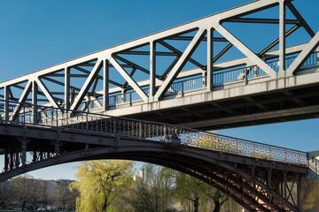 "Denkmalgeschützte Brückenkonstruktion: die U-Bahn-Hochbrücke über dem Landwehrkanal kreuzt den ""Anhalter Steg"" in Berlin-Kreuzberg - Graffiti-Schmierereien wurden retuschiert"