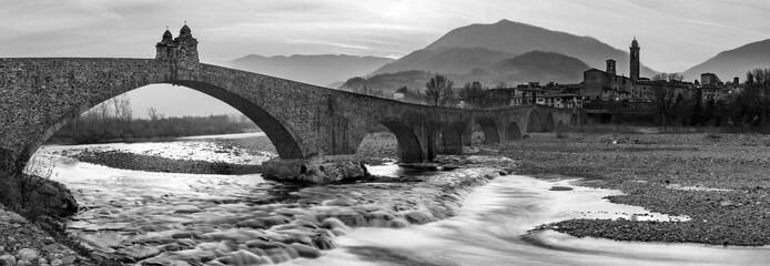 Ponte gobbo sul fiume Trebbia in bianco e nero