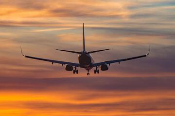 Obraz Start samolotu z lotniska o zachodzie słońca - fototapety do salonu