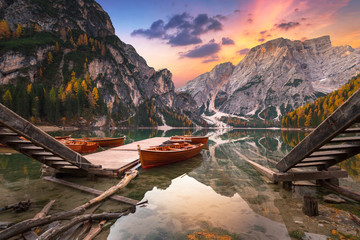 Tuinposter Bergen Lago di Braies lake and Seekofel peak at sunrise, Dolomites. Italy