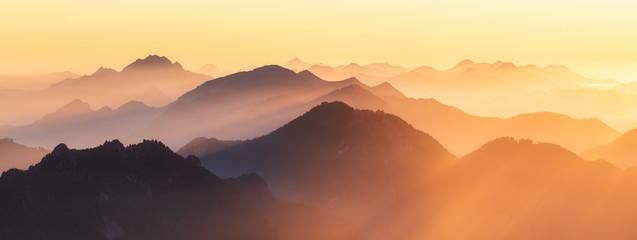 Berggipfel der Alpen im Abendlicht Fototapete