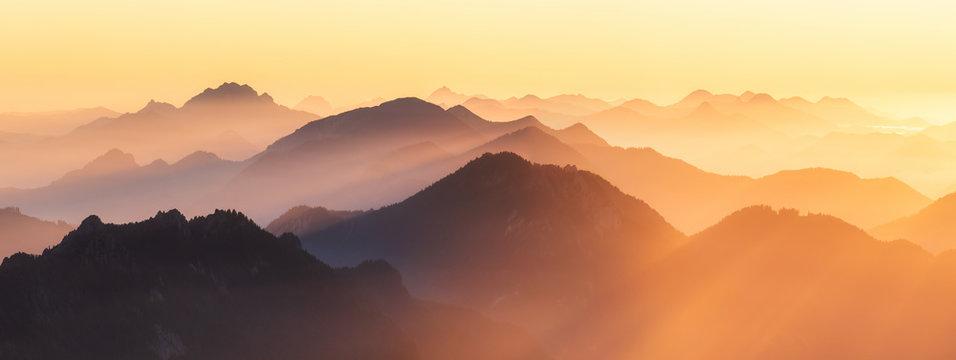 Berggipfel der Alpen im Abendlicht